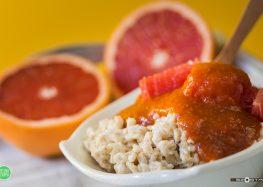 owsianka z musem morelowo-truskawkowym i grejpfrutem