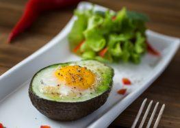 pieczone awokado z jajkiem