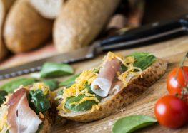 bagietka z pieczoną szynką parmeńską, serem i szpinakiem