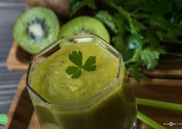 smoothie z kiwi i pietruszką