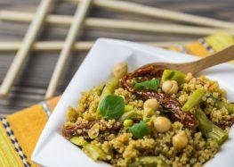 Quinoa z fasolką szparagową, ciecierzycą i suszonymi pomidorami