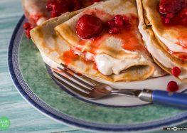 naleśniki z orzechową ricottą, truskawkami i czerwoną porzeczką
