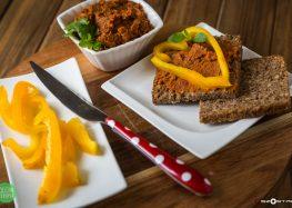 kanapka żytnia z humusem pomidorowym i papryką