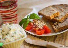 Pieczywo żytnie, twaróg z orzechami włoskimi i szczypiorkiem