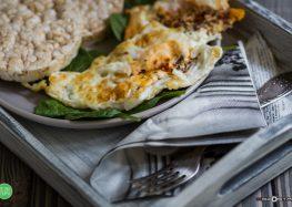 Jajko usadzone na szpinaku z waflem ryżowym