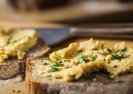 chlebek gryczany z hummusem